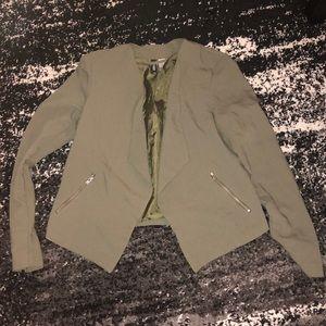 Green open jacket with zipper pockets